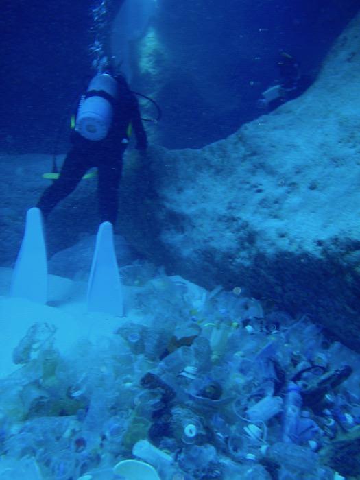 与那国島ダイビング ホワイトワールド 台湾から流れ着いたゴミ