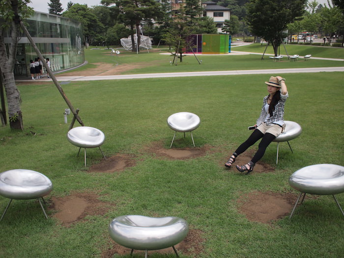 金沢21世紀博物館の外には近代的なオブジェ