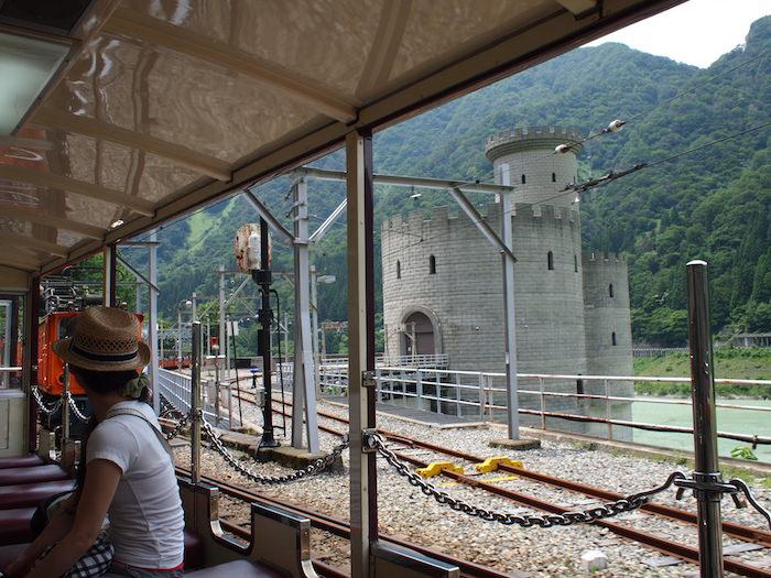 黒部峡谷トロッコ電車の景色