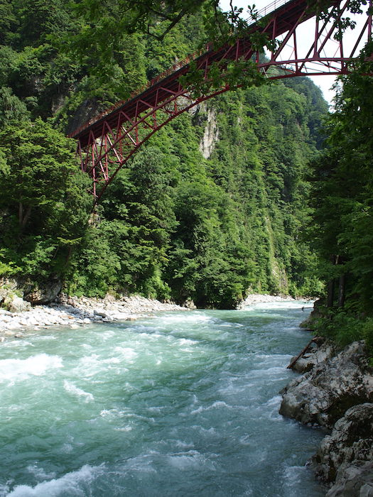 黒部峡谷に掛かる奥鐘橋