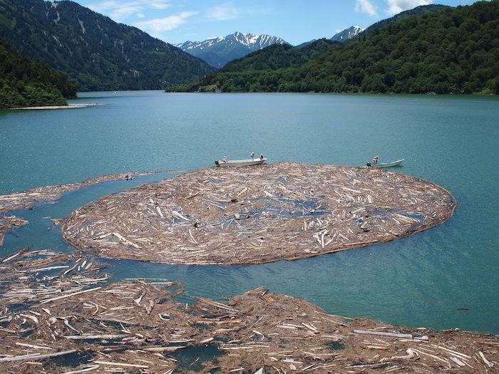 黒部ダムの流木収集の様子
