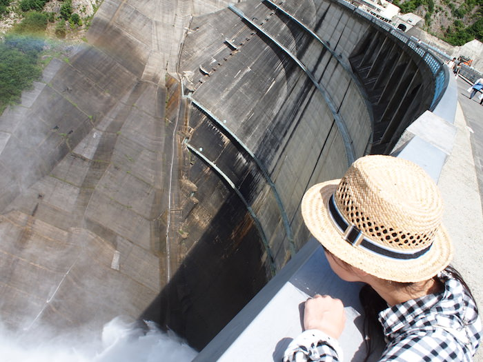 黒部ダムの上から下を覗く