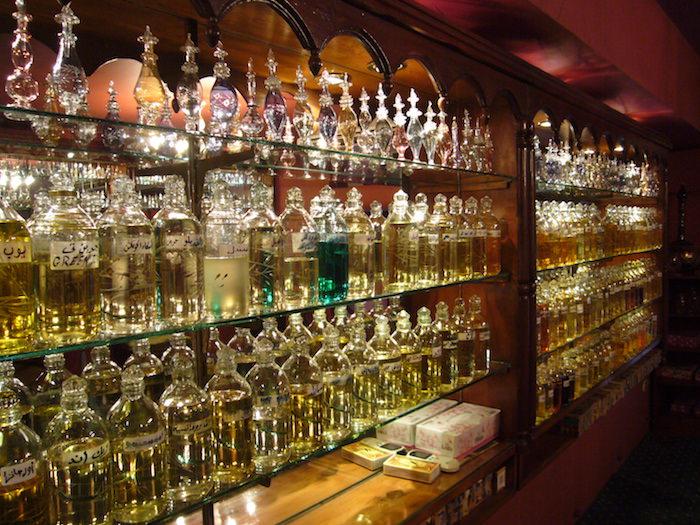 エジプト土産の定番、ガラス製の香水瓶
