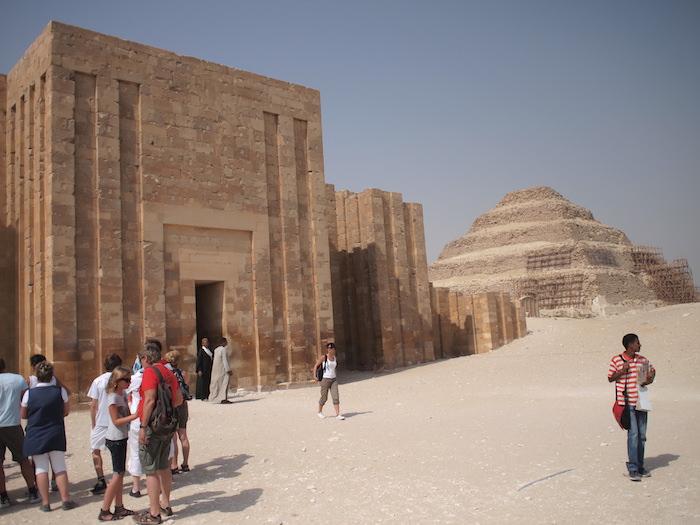 サッカーラ遺跡と奥に階段ピラミッド