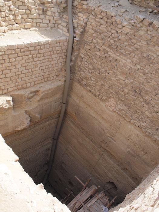 サッカーラ遺跡の地下への穴