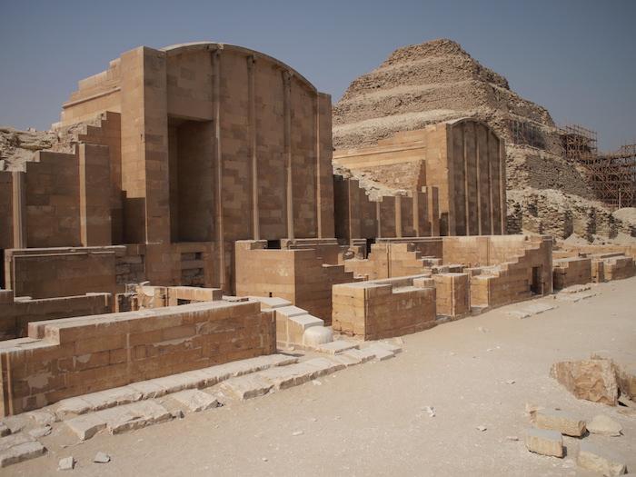 階段ピラミッドとの複合建築