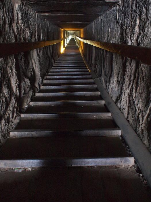 赤のピラミッド内部の階段