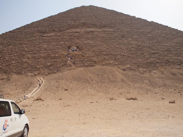 赤のピラミッドは中に入れる