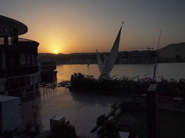 アスワンでナイル川に沈む夕日
