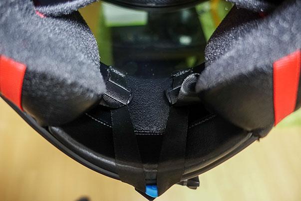 SHOEI Z-7に装着したTELESINヘルメットマウントの口元の紐