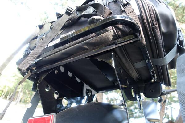 キジマ デタッチャブル マウントキャリアにキャンプバッグを搭載