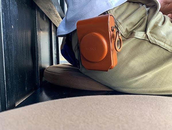 RX100純正レザーケースをカラビナでベルトループに引っ掛けている