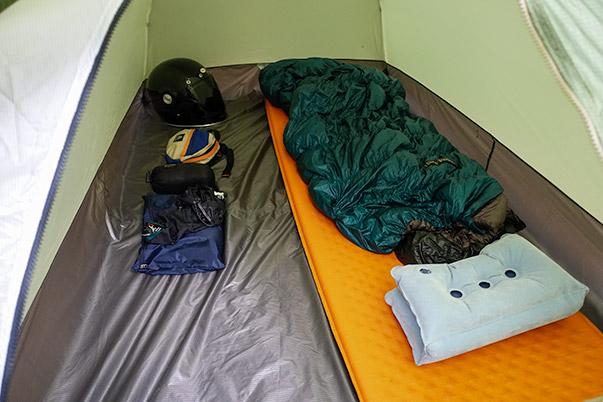 キャンプツーリングのテント「モンベルのステラリッジ テント2」の中