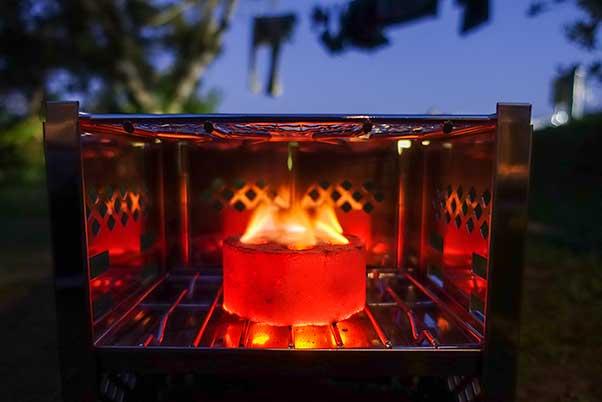 キャンプテンスタッグのBBQコンロB6型に炭はロゴスのミニラウンドストーブ
