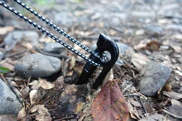 鍛造ペグ(エリッゼステーク)で固い地面でもペグ打ち可能