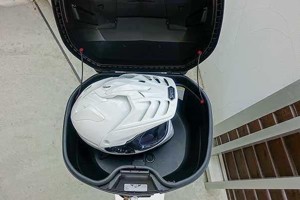 リアボックス GIVI B37はオフロードヘルメットが入る大きさ
