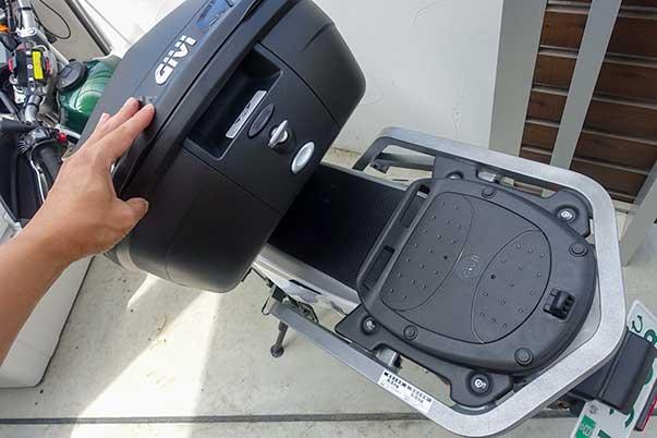 リアボックス GIVI B37は取り付け・取り外しがワンタッチで簡単