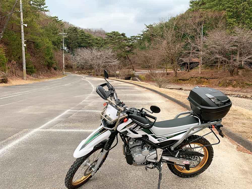 山城町森林公園の駐車場にバイクを停めてスタート