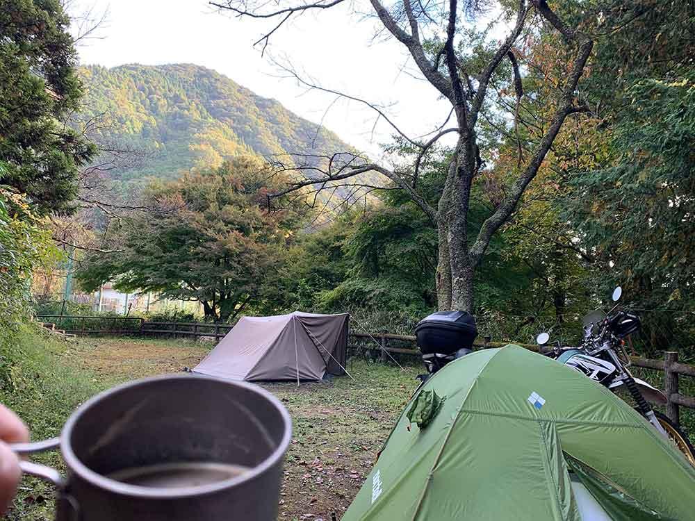 山に射す朝日を見ながら飲むコーヒー
