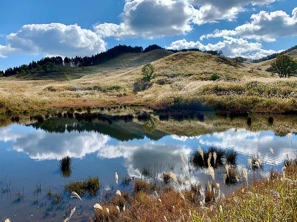 砥峰高原で池に映る空と雲