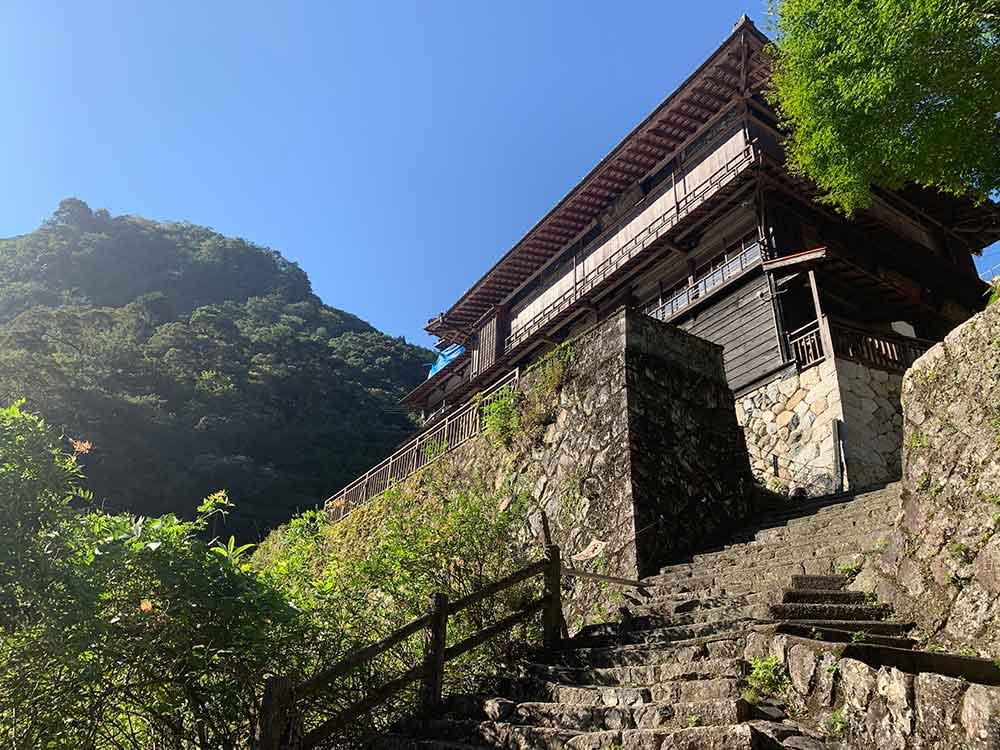 断崖絶壁に建つ「瀞ホテル」