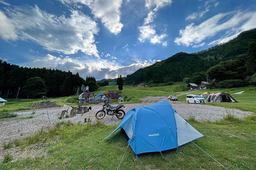 「森と僕の休日」の「草のひろば」サイトにテント設営