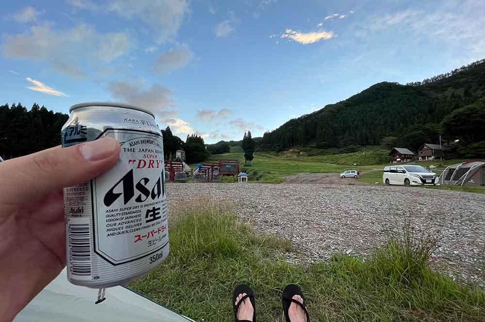 キャンプ場で風呂上がりのビール