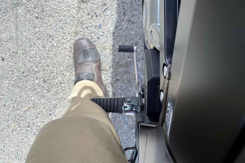 V-STROM 650のステップ位置。足をつく位置にあたる。